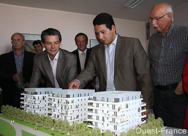 alek Rezgui, président du promoteur et maître d'ouvrage SE-DEL-KA,    décrit le projet de trois immeubles en compagnie de Rodolphe Thomas,    maire, des élus et partenaires du projet d'urbanisme à Prestavoine.